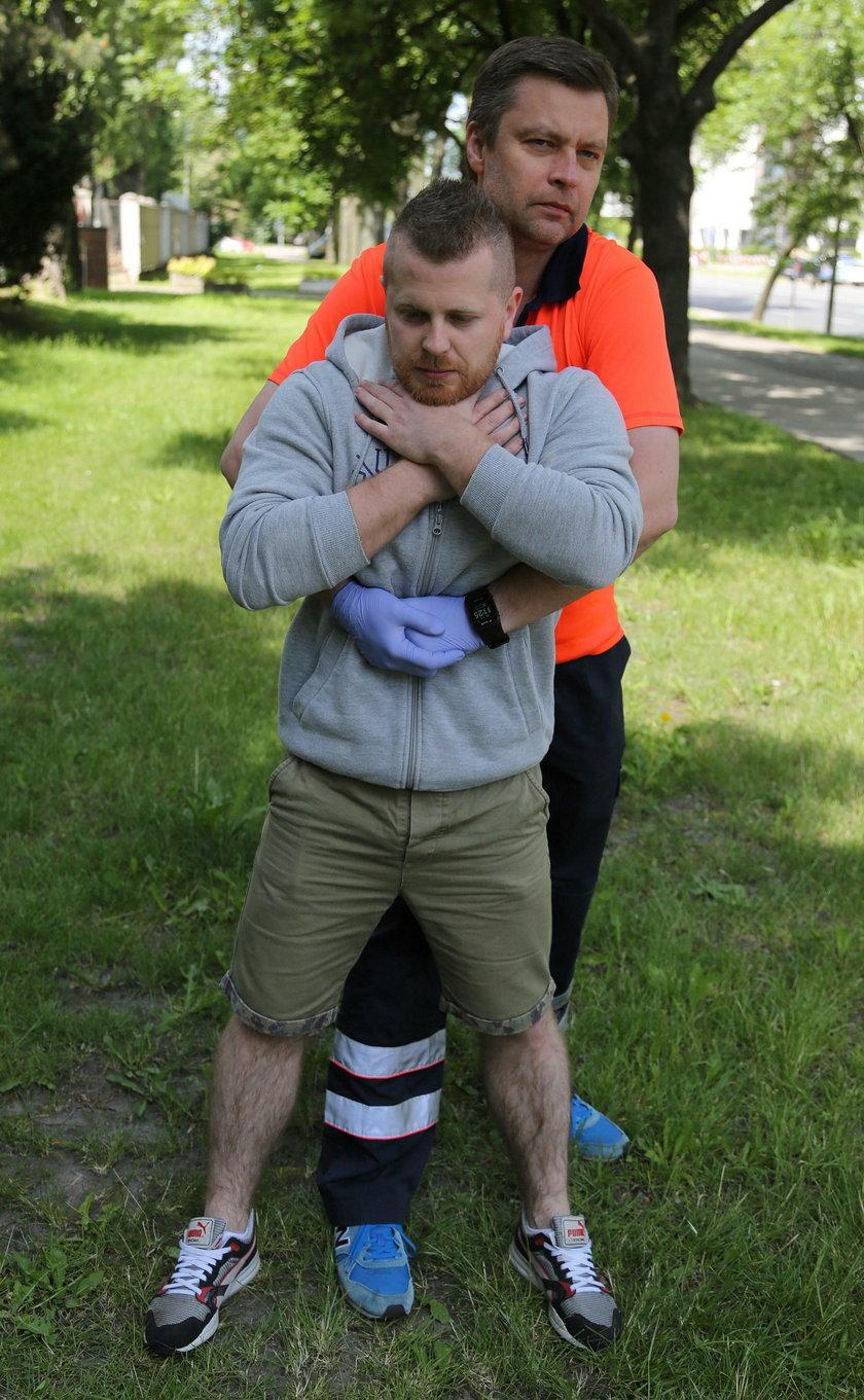 Ucisk przepony zwiększa ciśnienie w klatce piersiowej i pomaga wypchnąć przeszkodę z tchawicy