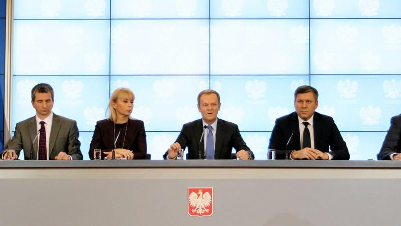 """""""Wszyscy mamy wrażenie pozytywnego przełomu w gospodarce"""" - stwierdził premier i dodał, że do Polski wraca optymizm oparty na konkretnych przesłankach. Jak stwierdził, choć w tym roku nie będzie można zaszaleć z wydatkami, to będzie on początkiem zwrotu. Musimy zacząć odpowiadać na pytanie, """"jak żyć za płacę minimalną"""" - podkreślił szef rządu"""