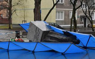 Działacze Solidarności postawili w nocy pomnik ks. Jankowskiego