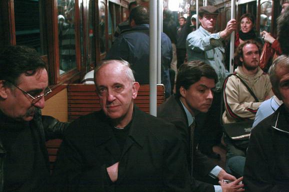 Asketske navike kao znak skromnosti ili kao znak kajanja: Bergoljo kao nadbiskup, u javnom prevozu