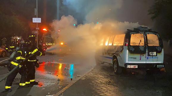 U Njujorku su vatrogasci morali da reaguju i ugase vatru nakon što je zapaljeno policijsko vozilo.