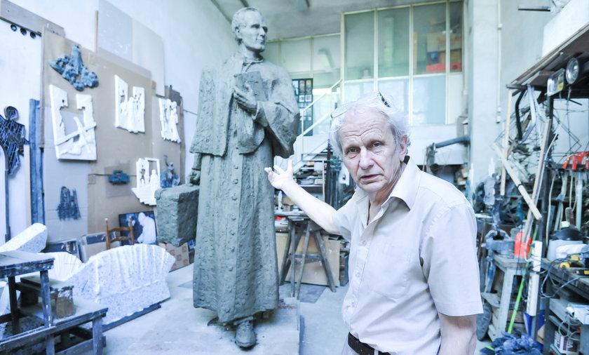 Prof. Stefan Dous rzeźbi młodego Karola Wojtyłę