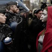 KAO IKONE REVOLUCIJE Na protestima u Parizu napravljena pometnja kada su žene sa crvenim kapuljačama stale ispred kordona GOLIH GRUDI (FOTO, VIDEO)