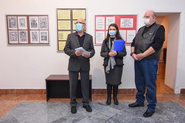 Vera Stojšić Gašparovski (u sredini) priredila je ovu izložbu