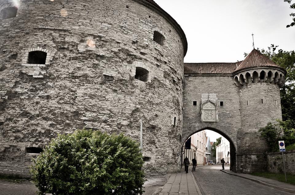 Średniowieczne mury obronne i baszty w Tallinie