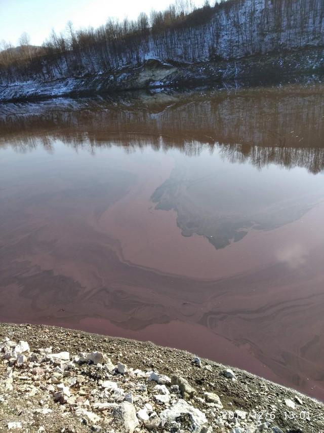Crvenilo od algi prekrilo je veći deo jezera od ušća do brane