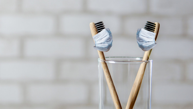 Szczoteczki do zębów w maseczkach