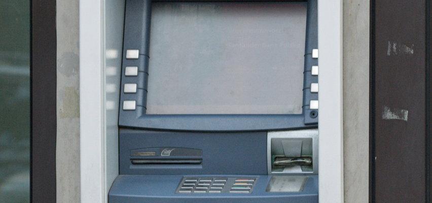 Uwaga przy bankomacie! Możesz stracić duże pieniądze!