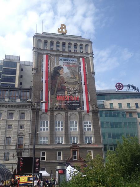 "Plakat filmu ""Miasto 44"" na historycznym budynku PAST-y"
