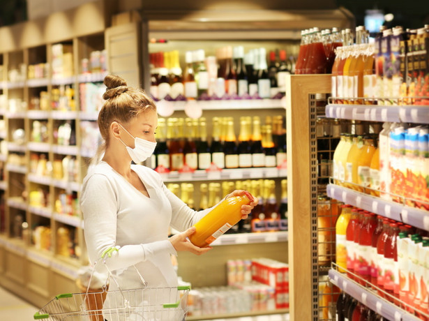 Kobieta ogląda napoje w sklepie