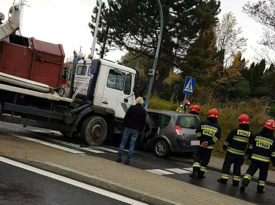 Zderzenie trzech pojazdów. Dwie osoby zostały ranne