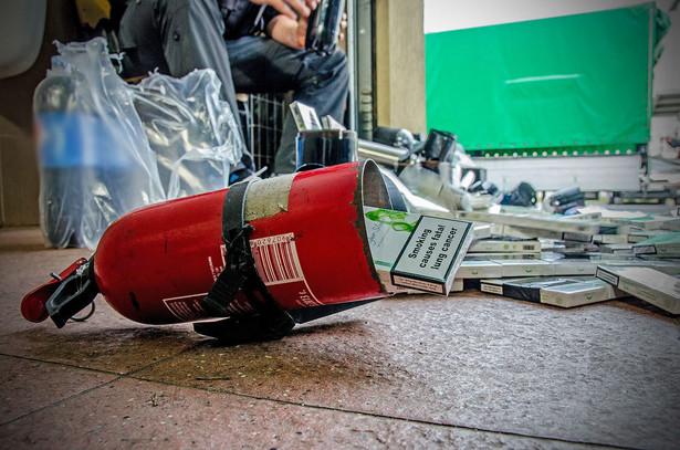 Według danych Komendy Głównej Straży Granicznej, funkcjonariusze w 2014 r. ujawnili przemyt o łącznej wartości 189 056 725 zł. Łącznie granice zewnętrzną UE w Polsce przekroczono 43 547 679 razy. Dziś w strukturze SG znajduje się 8 oddziałów (Morski, Warmińsko-Mazurski, Podlaski, Nadbużański, Bieszczadzki, Śląsko-Malopolski, Nadodrzański i Nadwiślański), 3 ośrodki szkolenia (w Kętrzynie, Koszalinie i Lubaniu) oraz Karpacki Ośrodek Wsparcia Straży Granicznej w Nowym Sączu. Strażnicy ochraniają granicę lądową RP o długości ponad 3,5 tysiąca km, a odprawy graniczne prowadzą na 71 przejściach granicznych: 19 drogowych, 14 kolejowych, 1 rzecznym, 18 morskich i 19 lotniczych. W szeregach SG pełni służbę ok. 15 tys. funkcjonariuszy. Przejdź dalej i zobacz jak wyglądały najciekawsze próby przemytu w 2015. Materiał został przygotowany na podstawie informacji dostarczonej przez Departament Komunikacji Społecznej Ministerstwa Spraw Wewnętrznych.