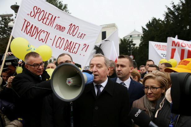 Przewodniczący Komitetu Stałego Rady Ministrów Henryk Kowalczyk rozmawia z demonstrującymi kupcami przed Sejmem.