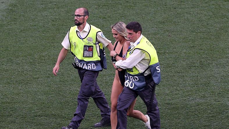 Kinsey Wolański wbiegła na boisko podczas pierwszej połowy meczu