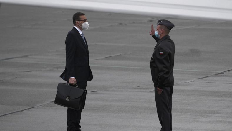Premier Mateusz Morawiecki przed wylotem do Portugalii
