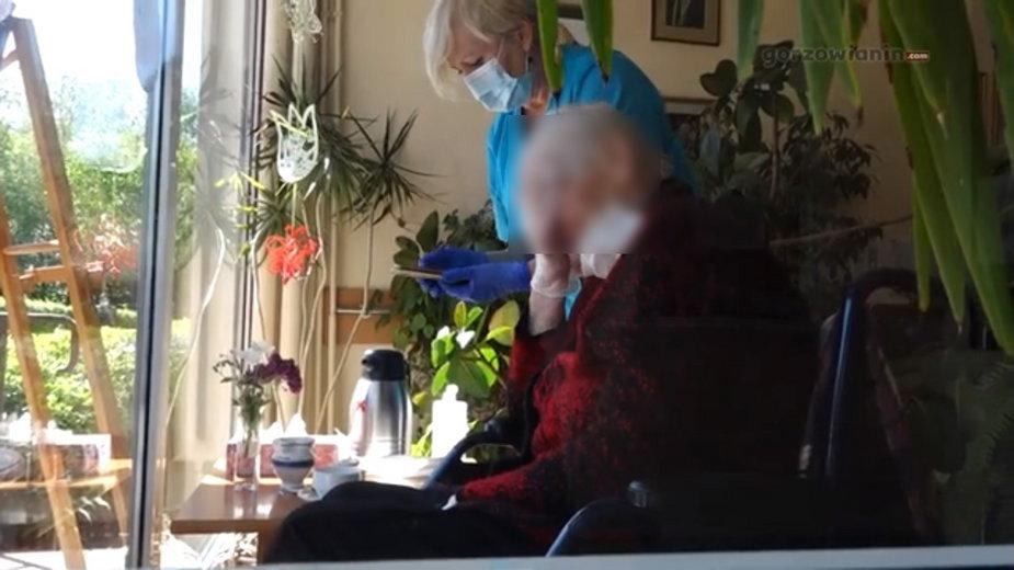 Pensjonariuszka wraz z opiekunką w DPS nr 1 w Gorzowie