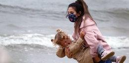Brawo, Sylwia! Grzeszczak nawet na plaży nosi maseczkę