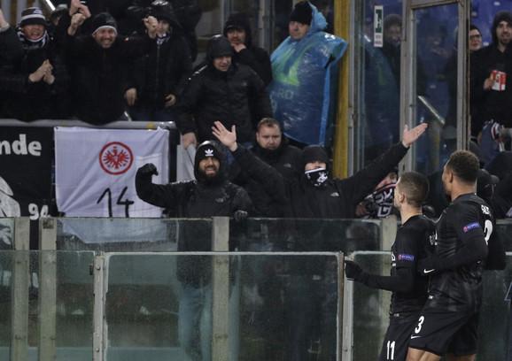 Mijat Gaćinović slavi sa navijačima