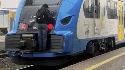 To mogło skończyć się tragicznie. Uczepił się pociągu i jechał na gapę