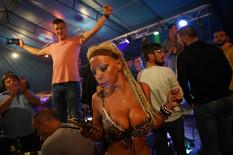 LJUDI ZINULI OD ČUDA Igračica na Šabačkom vašaru UZJAHALA gosta, dok se na bini odvijao pravi haos (VIDEO)
