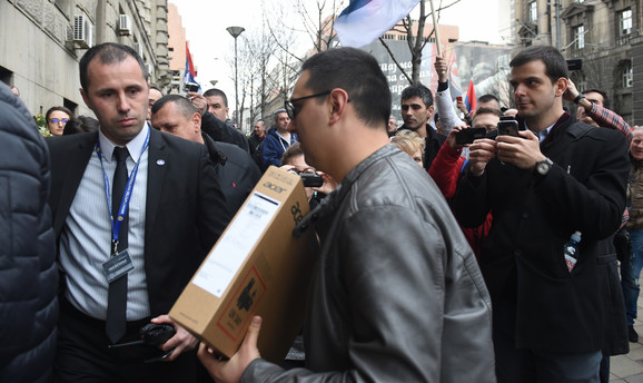 Organizatori protesta predaju laptop na ulazu u Nemanjinu