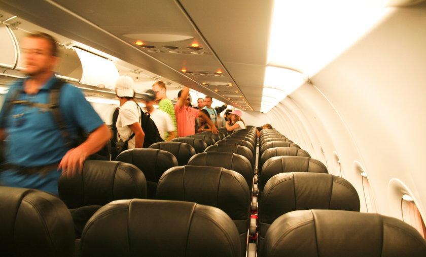 Obsługa kazała niepełnosprawnemu wczołgać się do samolotu