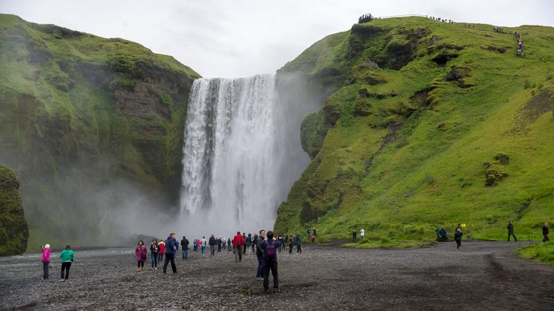 Turyści przy wodospadzie Skogafoss