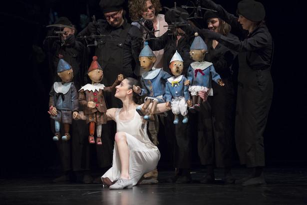 """Autorką scenariusza, choreografii, opracowania muzycznego oraz reżyserką przedstawienia jest Izadora Weiss. Scenografię i lalki zaprojektował Jan Polewka. W trakcie przedstawienia na skrzypcach grać będzie Weronika Weiss. """"Król Marionetek"""", fot. Ewa Krasucka"""