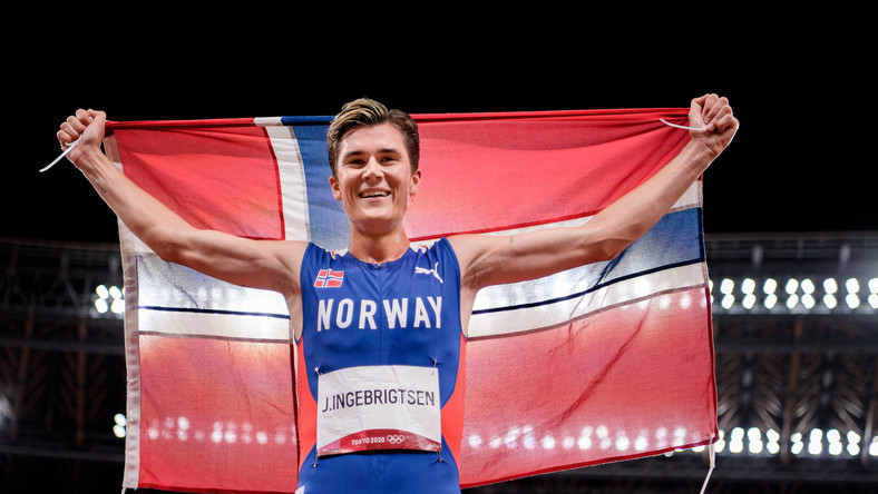 Jakob Ingebrigtsen celebrujący zdobycie złotego medalu w biegu na 1500 m na IO w Tokio