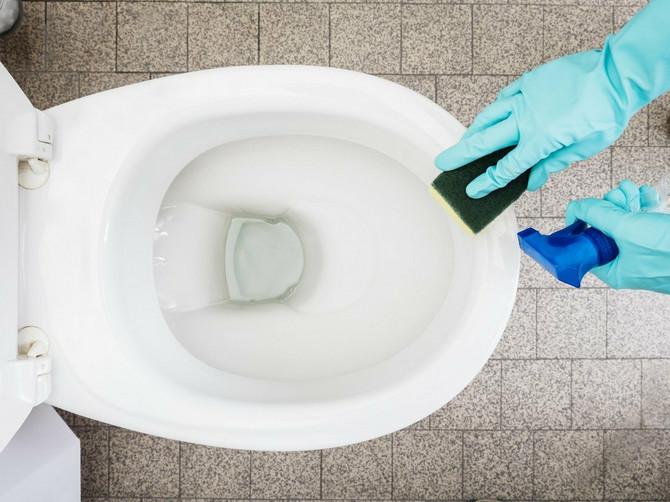 Samo uz OVO domaće sredstvo WC šolja može STVARNO DOBRO da se očisti (a stručnjaci otkrivaju i koliko često zapravo treba da je oribate)!