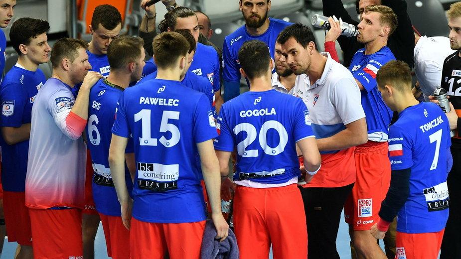 Zawodnicy NMC Górnik z trenerem Marcinem Lijewskim