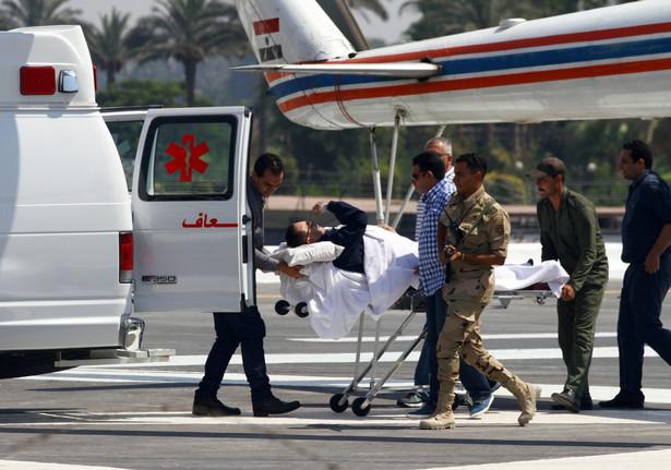 Były egipski prezydent Hosni Mubarak transportowany na proces. Fot. EPA/AHMED ASADI/PAP