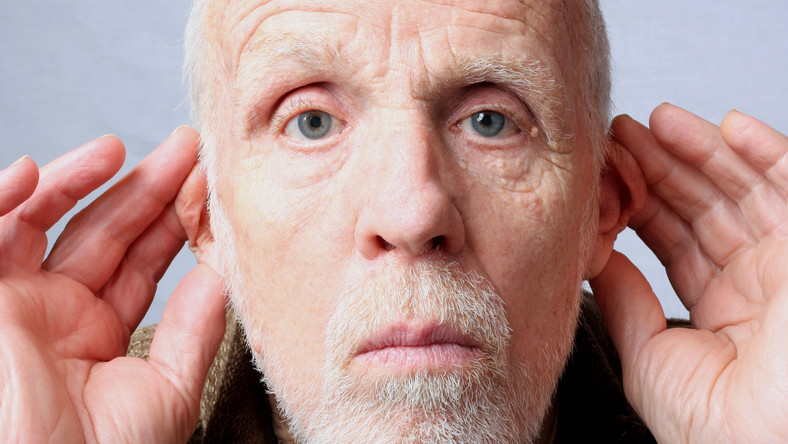 Starszy mężczyzna ma problemy ze słuchem