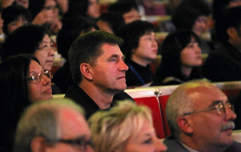 Sławomir Świerzyński (w centrum) jako widz na koncercie
