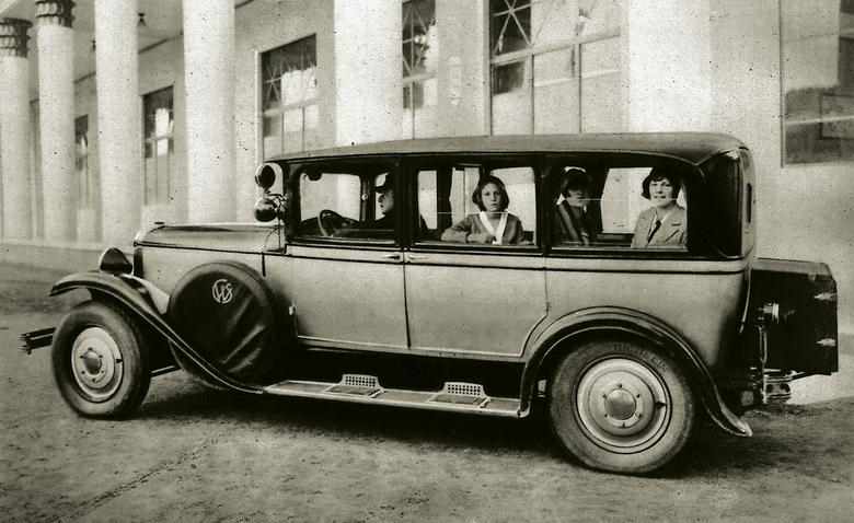 Siedmioosobowa limuzyna CWS T1 z 4-cylindrowym silnikiem o mocy 45 KM.