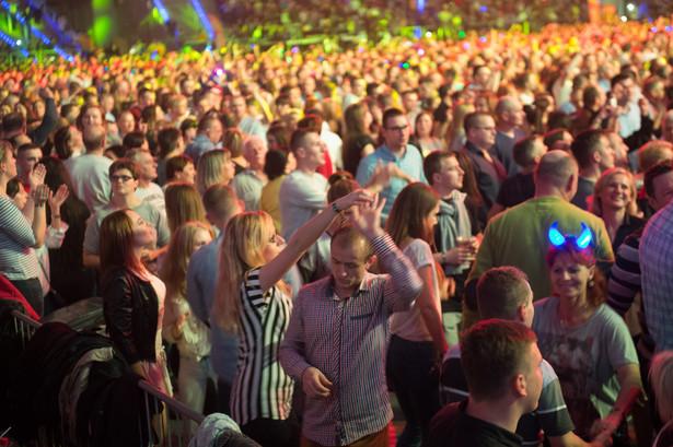 """Muzyscy disco polo to """"ludzie z sąsiedztwa"""". Gwiazdorzy, ale tacy, którzy zagrają i na wielkiej scenie, i na święcie kartofla. Kto ma takie rozeznanie wśród polskiego społeczeństwa jak oni? Nikt."""
