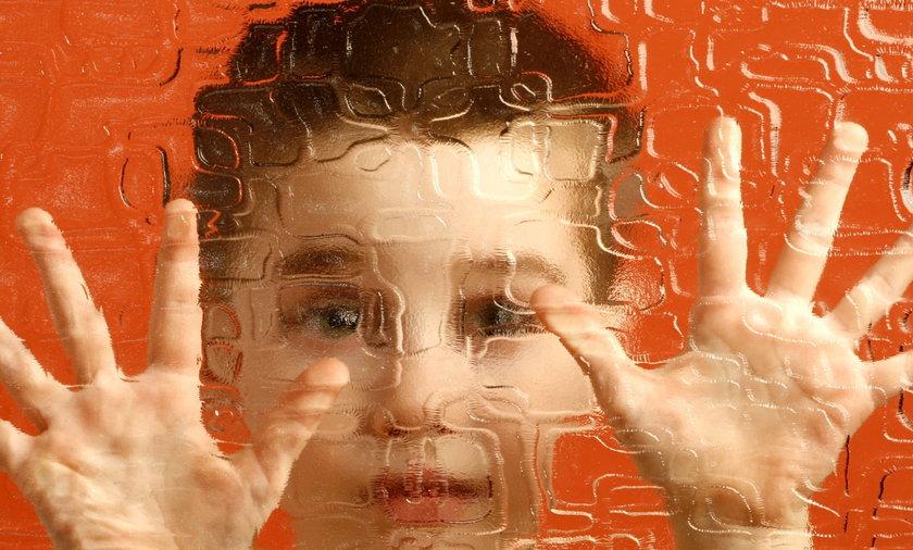 dziecko strach szyba ilustracja zaginięcie problem