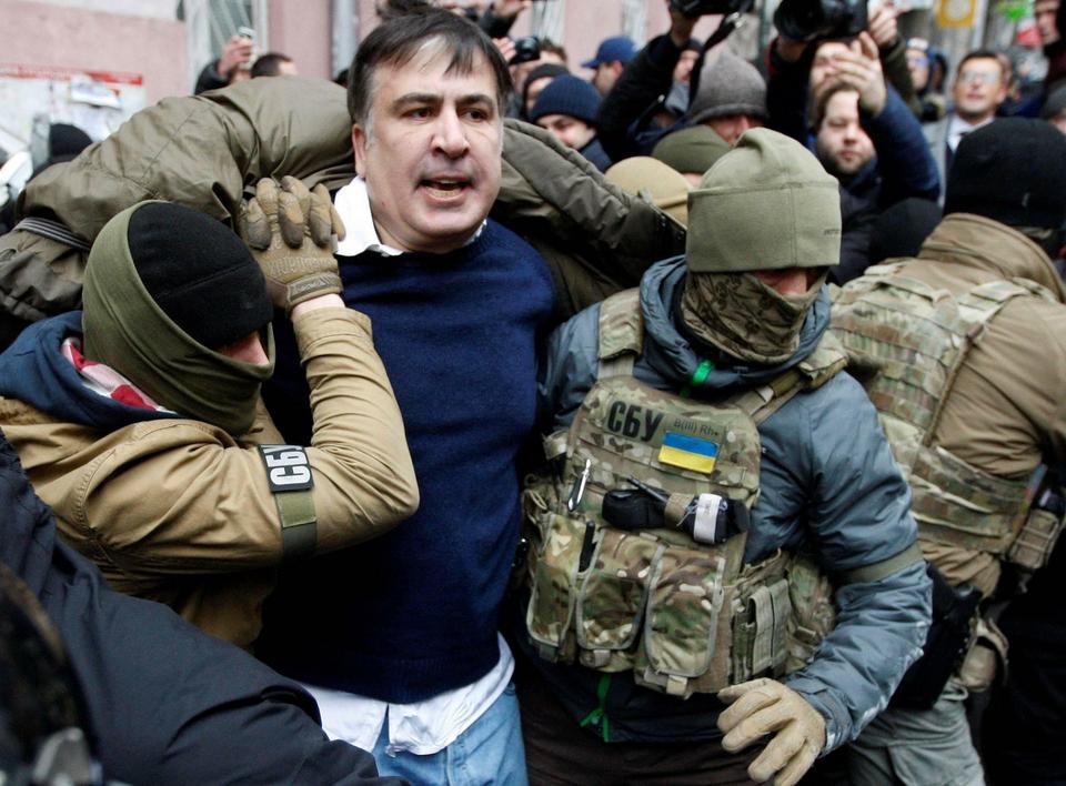 Awantura podczas zatrzymania Saakaszwilego. Były prezydent Gruzji uwolniony, udał się w stronę parlamentu
