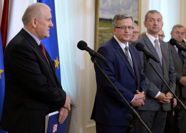 Od lewej: przewodniczący OPZZ Jan Guz, prezydent Bronisław Komorowski, prezes ZNP Sławomir Broniarz