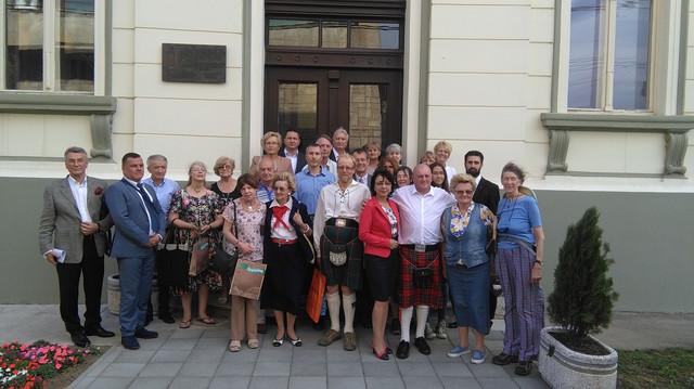 Rođaci škotskih bolničarki ispred spomen ploče u Kruševcu