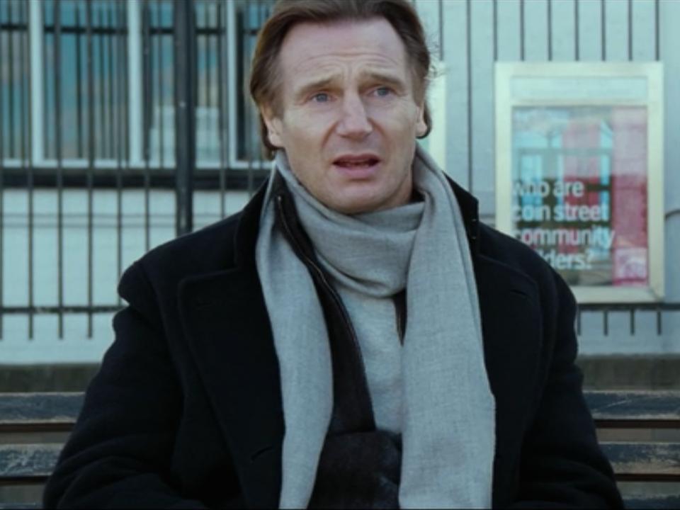 Liam Neeson grał wdowca Daniela, który wychowywał samotnie Sama i na końcu filmu umawiał się z Claudią Schiffer