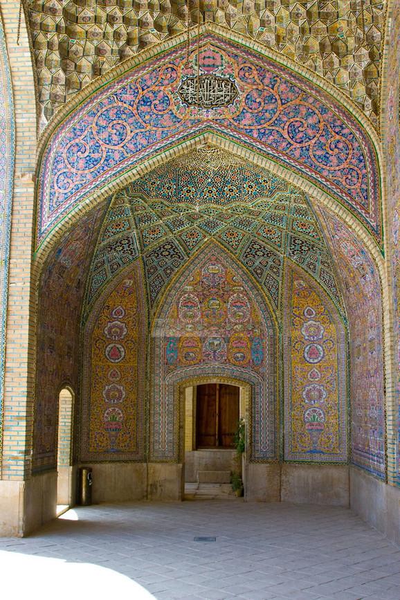 Brojni crteži i mozaici prekrivaju zidove Vakil džamije od poda do plafona
