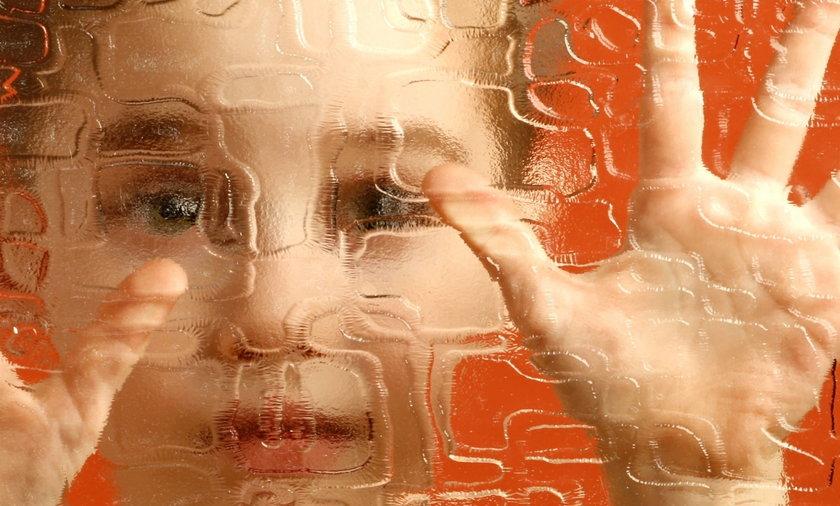 Dziecko patrzy przez szybę