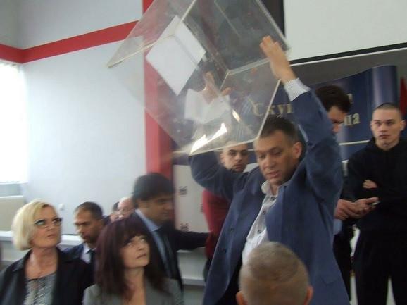 Goran Mijailović, odbornik SNS, baca glasačku kutiju
