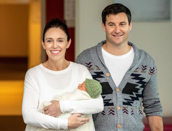 Džasinda Ardern sa suprugom i detetom