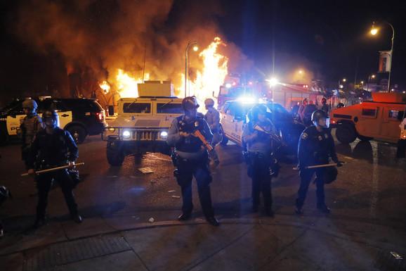 U Los Anđelesu je zapaljen autobus, nakon čega je policija morala da napravi barikade kako bi vatrogasci mogli da ugase vatrenu stihiju.