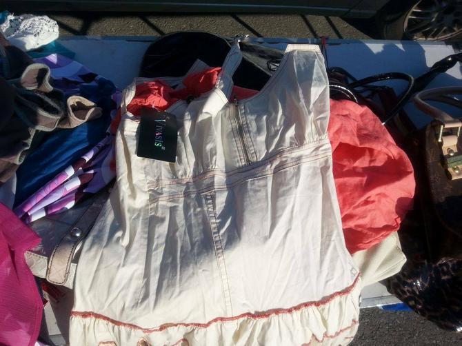 Zaista ima odeće sa etiketom, ali one koja se može pronaći i u buticima