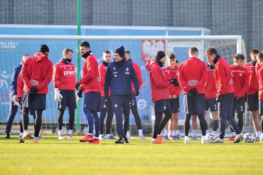 W okresie przygotowawczym często słychać głosy piłkarzy narzekających na monotonię zgrupowań i natężenie pracy.