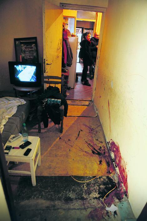 Muškarci su se rešetali dok su deca bila u susednoj sobi