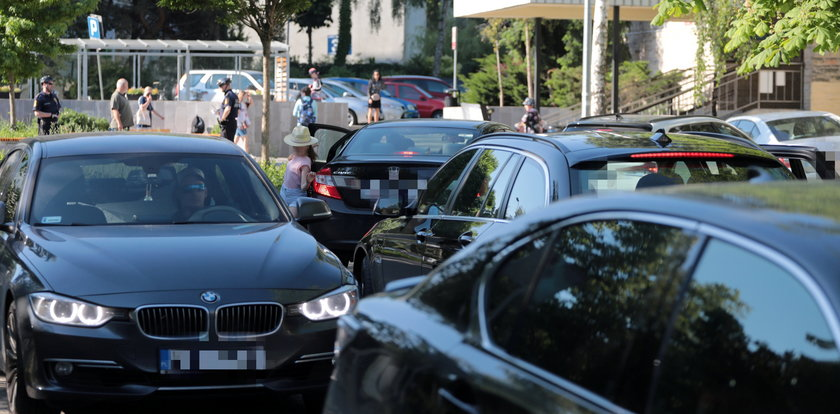 Nie do wszystkich szkół podwieziesz dziecko autem. Polskie miasta wprowadzają pewne zakazy. Także Warszawa